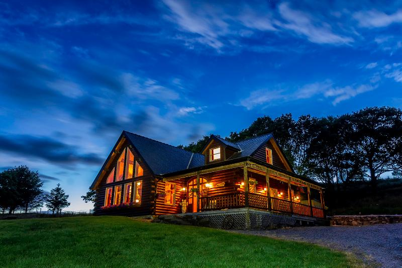 Eaglewood Lodge luxurious self catering accommodation in a log cabin. – semesterbostad i County Mayo