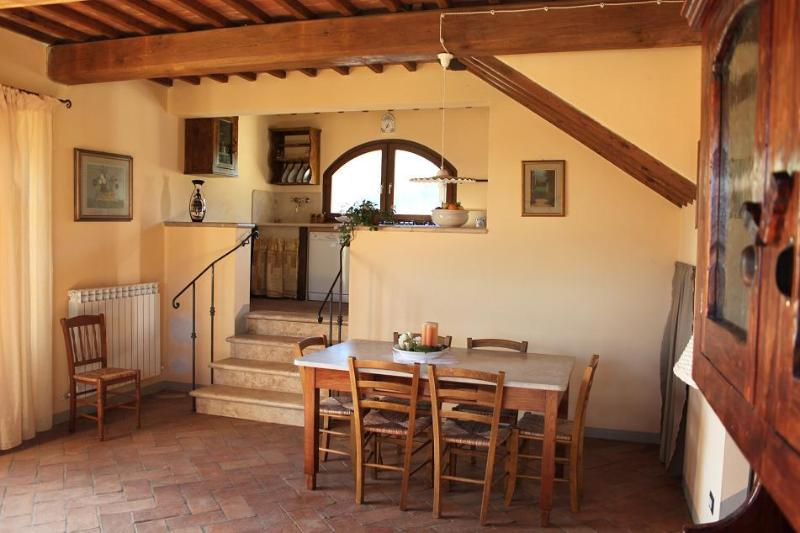 Holiday farmhouse apartment rental in Tuscany, property features beautiful garden and private fishing lake, location de vacances à San Gimignano