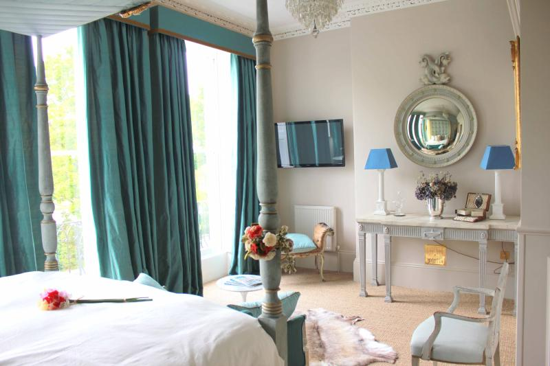 The Beau Nash Four Poster Bedroom Suite Overlooks Montpellier Gardens - the perfect Bridal Suite