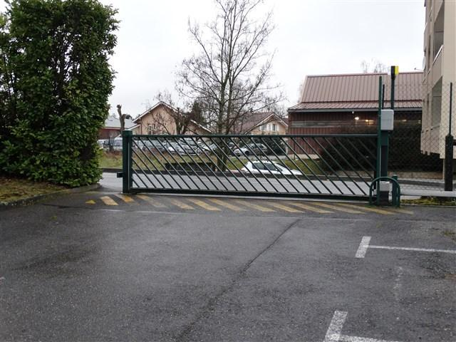 Portail d'accès vu du parking