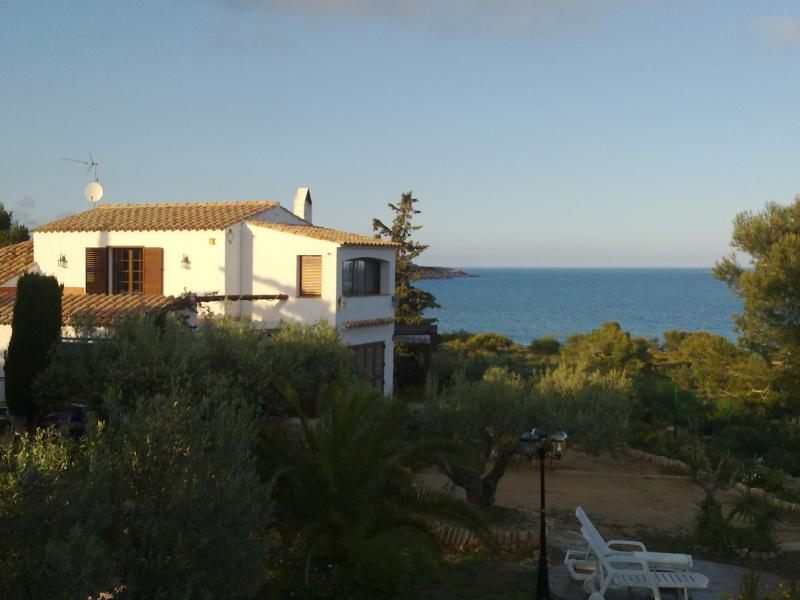 Villa at 70 meters over the sea/Sunrise from bed/fishing/WiFi/neverending sky., holiday rental in L'Ametlla de Mar