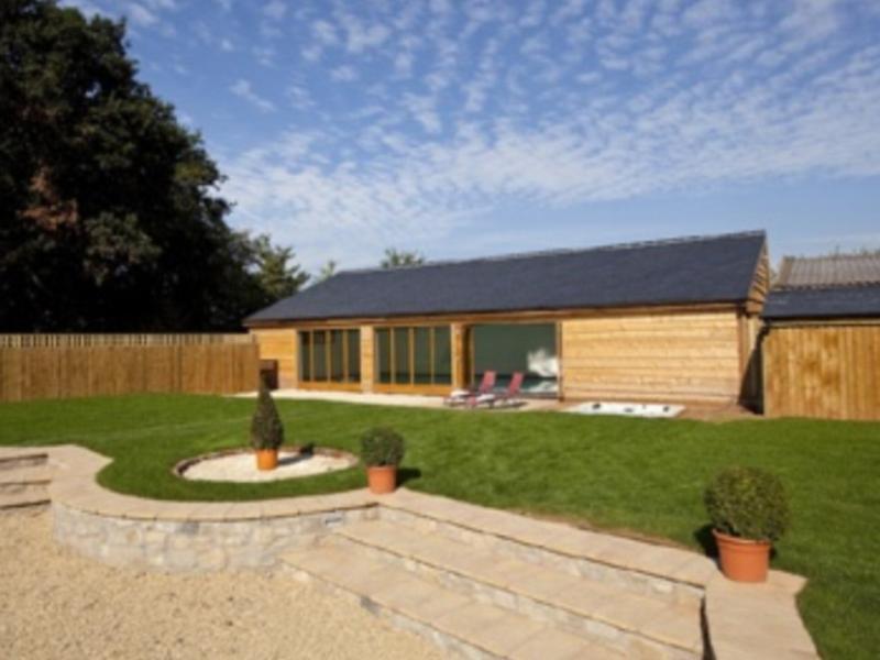 La casa de la piscina y el jardín