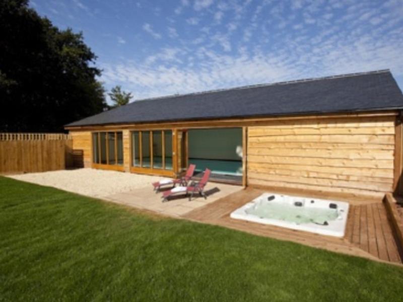 Casa de la piscina y bañera de hidromasaje