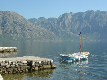 Kotor Bay fiord - Waterfront family Villa 8-14 pax Swim from the doorstep!, vakantiewoning in Gemeente Kotor
