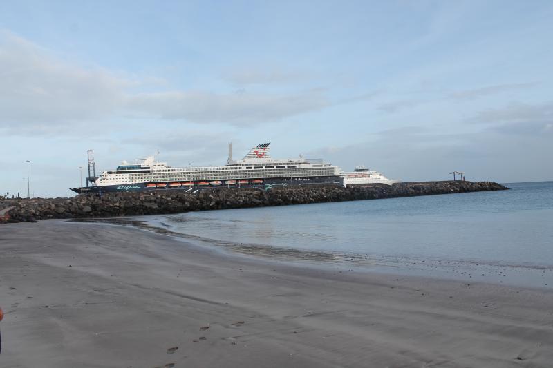 Playa Chica con vista al Fondo de llegada de Cruceros