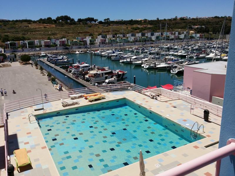 vue du balcon ( piscine et port )