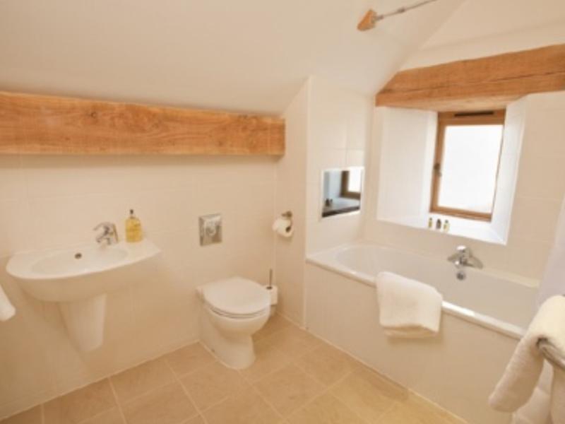 Un cuarto de baño, con tv.