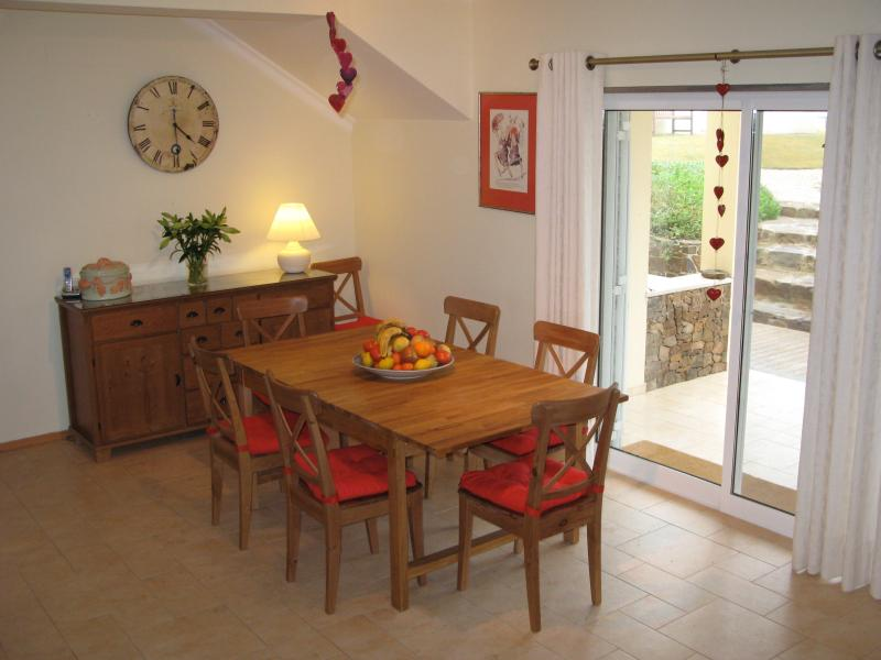 Dining area (with extendable dining table)