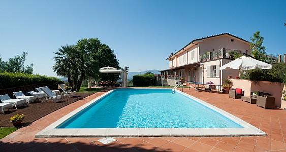 Marlia Holiday Home Sleeps 8 with Pool Air Con and WiFi - 5228898, location de vacances à Segromigno in Monte