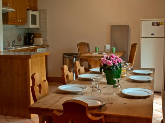 Refuge du Requin2 ~ Dining table and fully equipped kitchen