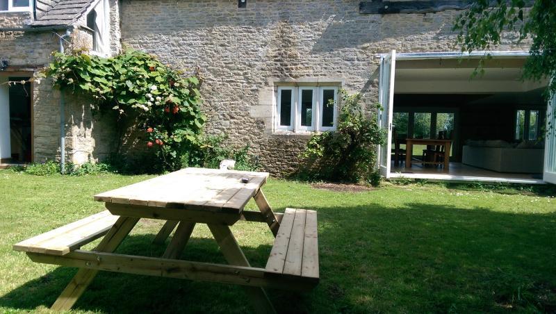Vista dal giardino recintato in zona pranzo e attraverso il grande giardino
