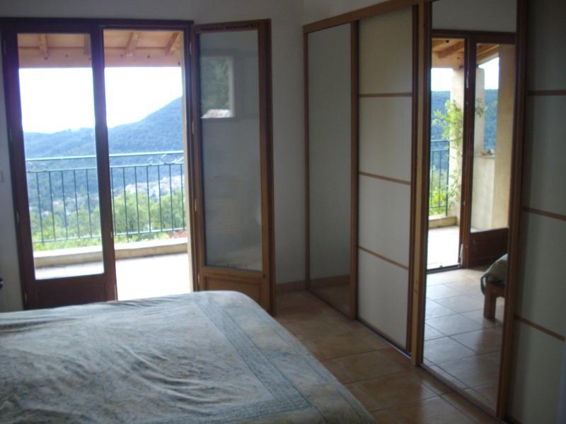 principale chambre à l'étage (1.6m lit) avec salle de bains et un balcon au-delà