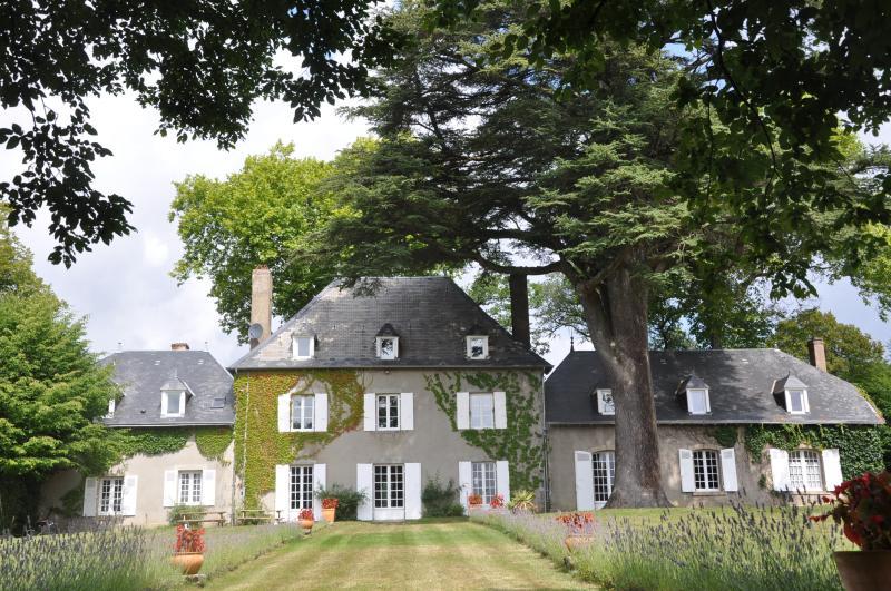 French mansion heart of France, aluguéis de temporada em Gueret