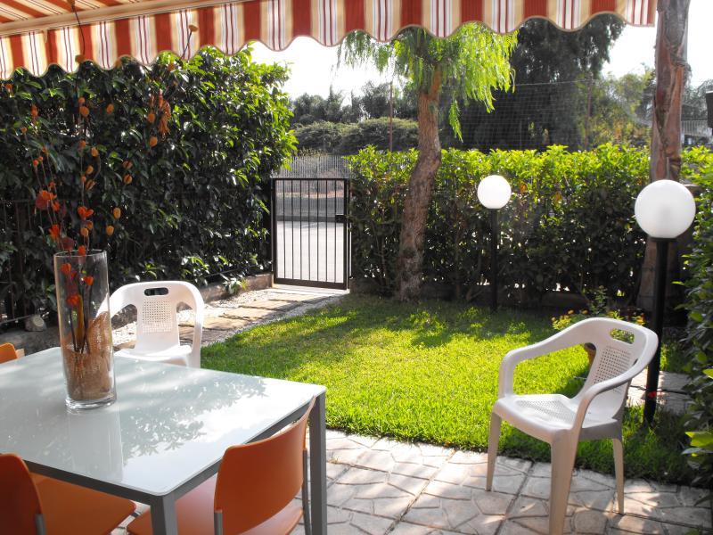 giardino e ingresso della casa