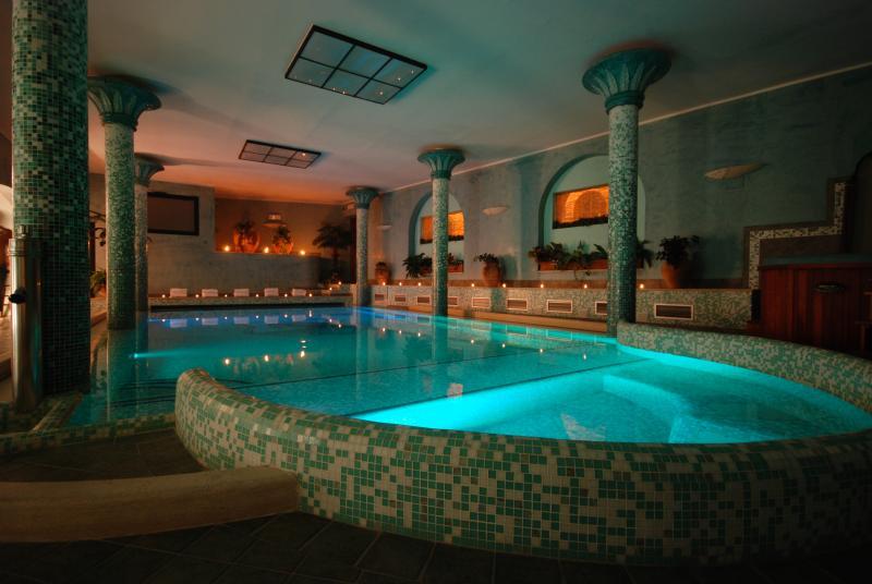 Spa con piscina 32° con idromassaggio, geyser, cascate e sauna finlandese