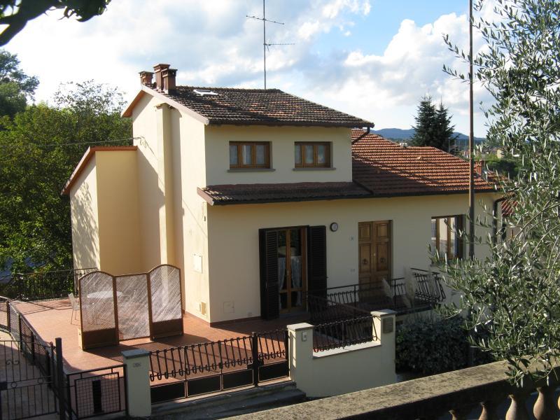 Esterno della casa con ampio terrazzo dal quale si accede all'appartamento