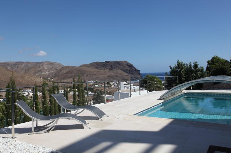 Piscina climatizada  y vista al mar y a la montana