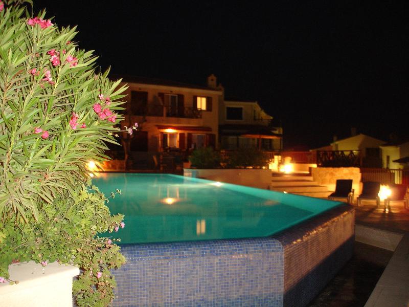 Relájese junto a la piscina con un gorro de noche!!!!!!