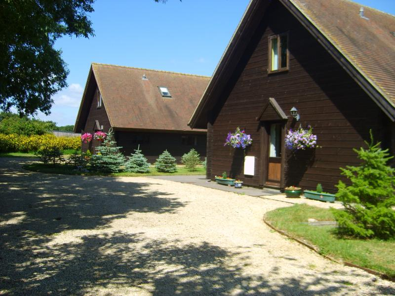 Hardy Chalet. A scandinavian style chalet on working dairy farm in Dorset, location de vacances à Bedchester