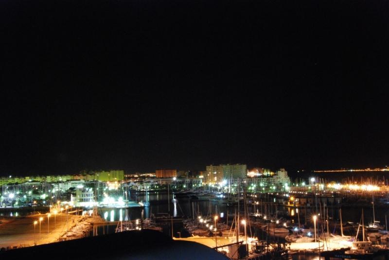 Vue de la nuit du port de plaisance