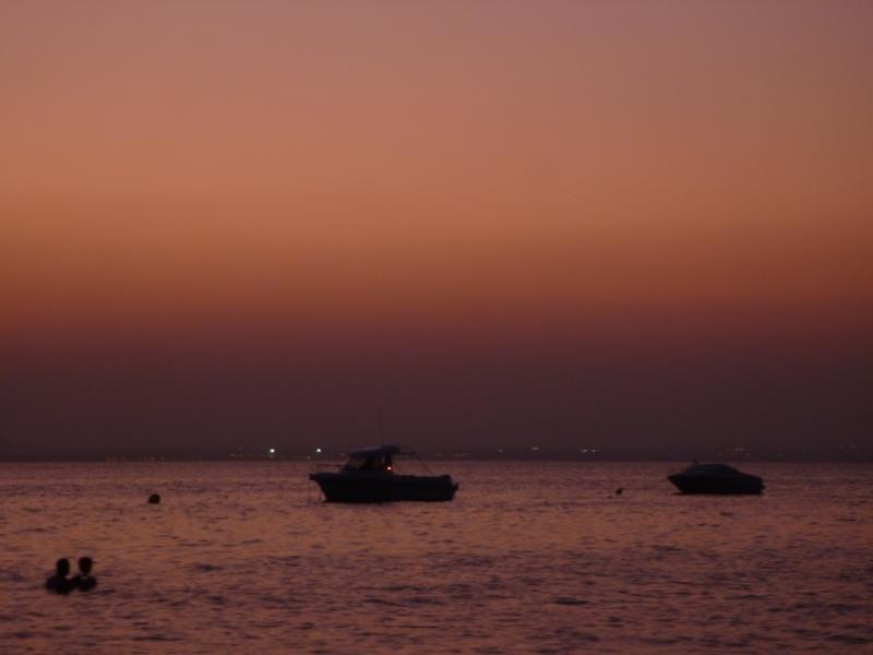 Verre de vin dans la Mar Menor au coucher du soleil