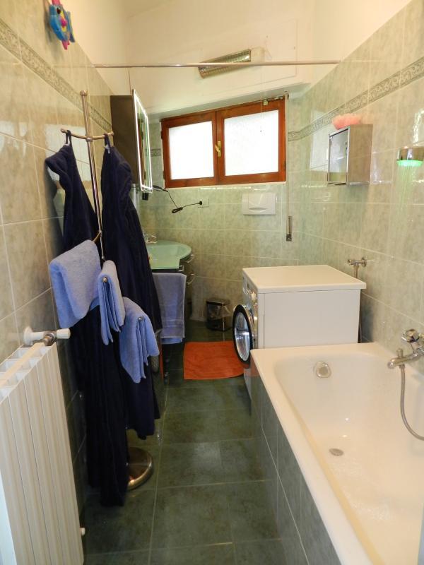 La salle de bain a une baignoire, une douche, un lave-linge / sèche-linge, sèche cheveux, shampooing...