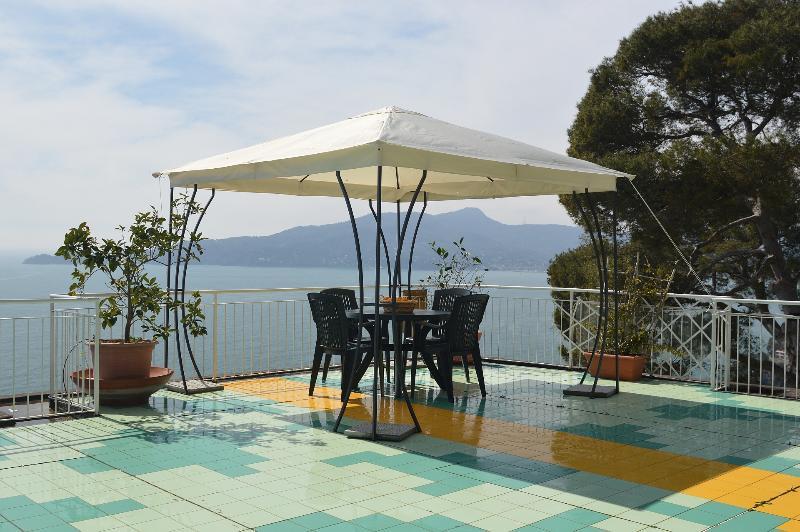 Profitez d'un bain de soleil sur le toit-terrasse et vous détendre à la vue imprenable offerte ici aussi bien.
