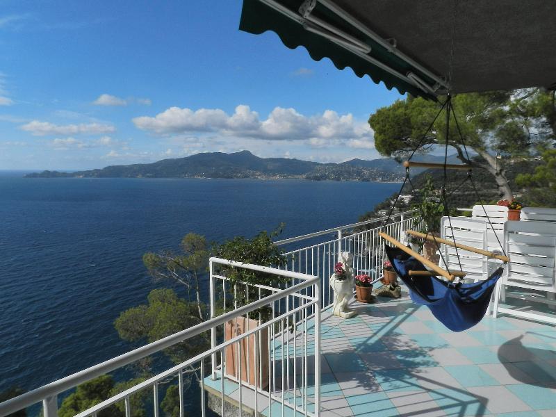 Le balcon a une table, une lumière et un fauteuil oscillant pour un maximum de confort et de détente.