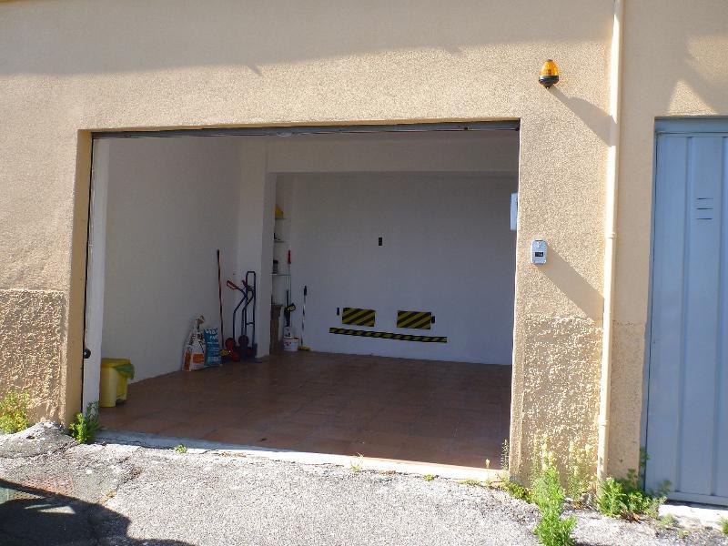 Garage privé avec porte contrôlée à distance électrique