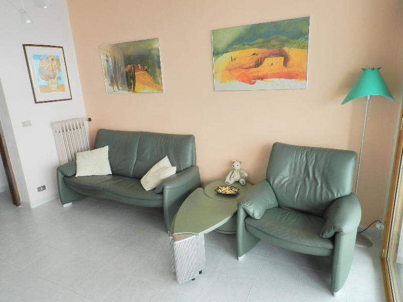 Le canapé et le fauteuil dans le salon