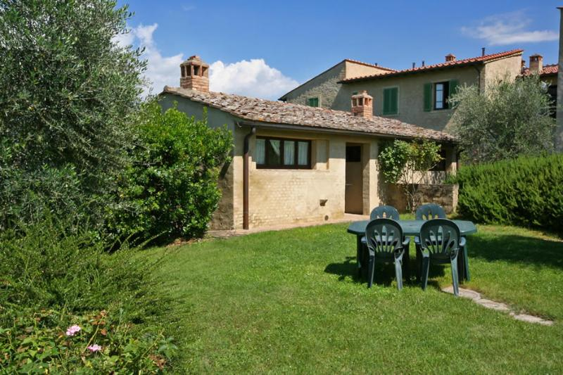 Podere il Pino 12 - Villetta with large private garden and shared swimming pool, location de vacances à Bibbiano