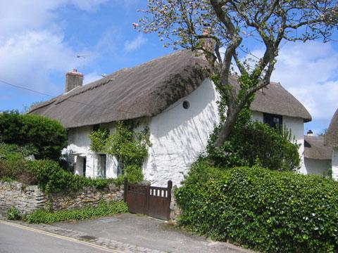 Beautiful thatched cottage right on Beach Road in Crantock with parking