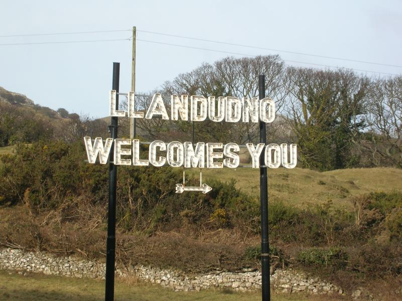 The iconic Llandudno welcomes you sign near the cottage.
