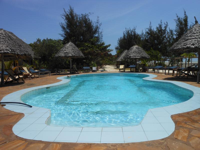 la piscina, a pocos pasos de la villa