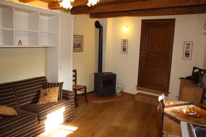 Sala de estar, fogão a lenha e piso de carvalho