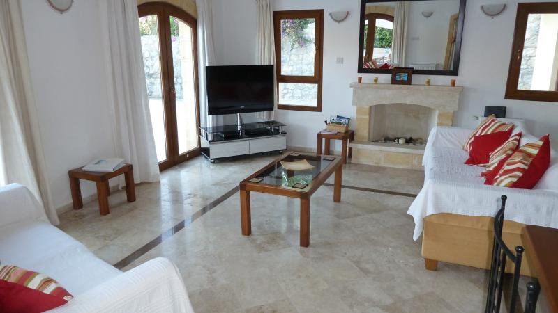 Lounge with Flatscreen HDTV, DVD, Apple TV and satellite