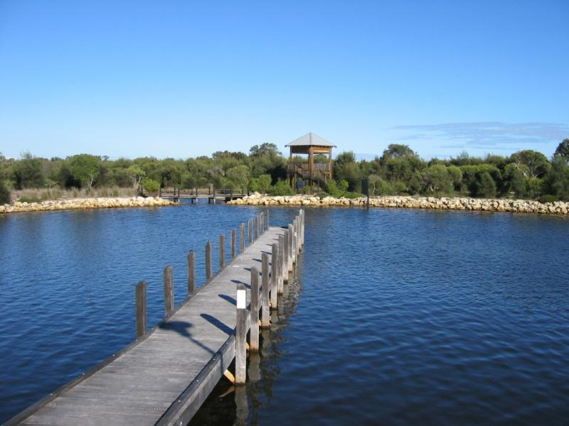 Take a 5 minute Stroll to water front,cafe & watch bird life