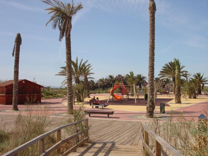 Parc de jeux et bar sur la zone de promenade