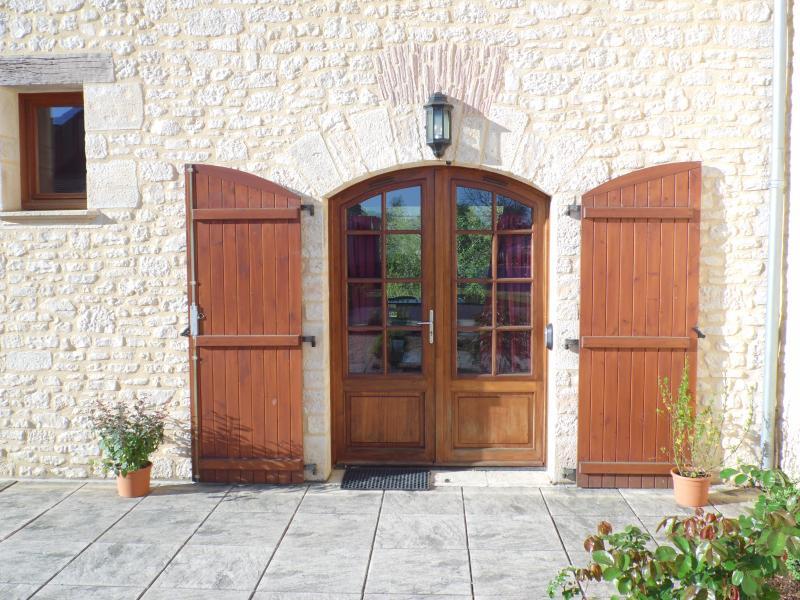 Schöne gewölbte Fronttür bis zur Villa Lavande