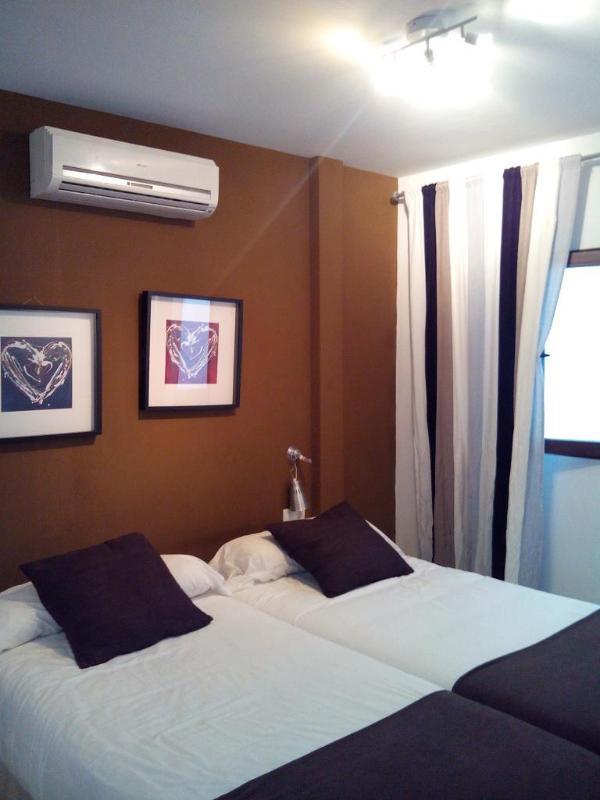 Chambre à coucher principale avec deux lits simples