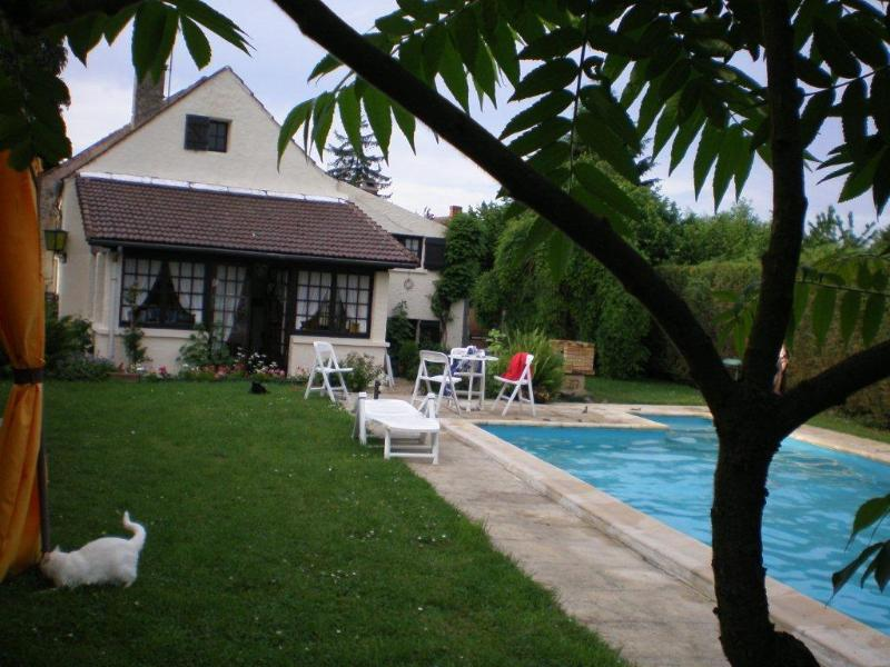 The beautiful house with its garden of 1000 m 2 and its swimming pool private and heated.