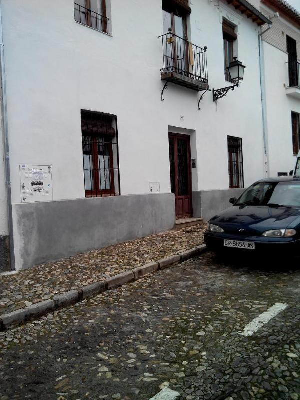 Entrée de l'appartement avec aire de stationnement