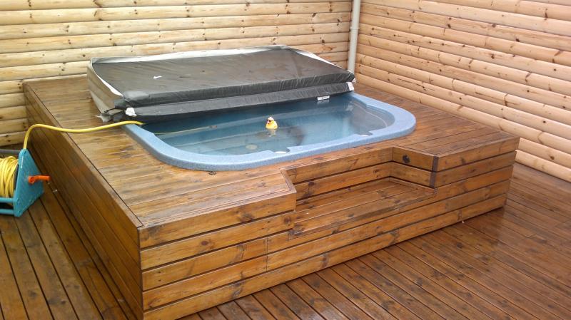 Os bañera llenado de agua de manantial caliente de la granja