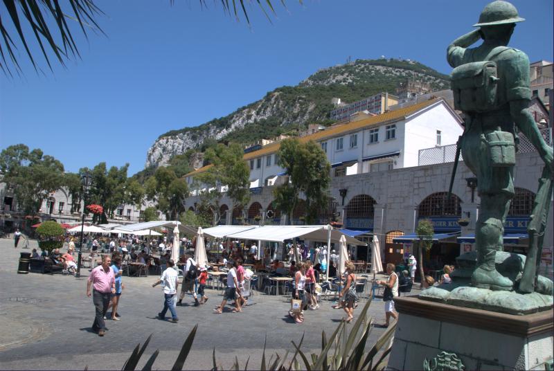 Gibraltar. Lojas duty free. Linda nova marina. mercado, sopro de vidro ao vivo numa loja de cristal