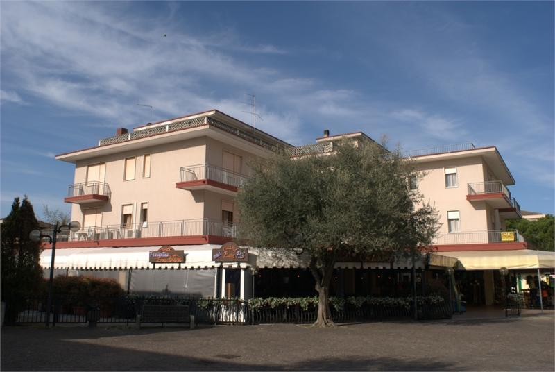 Il Conndomio Roma in Piazzetta Marinella A 100 metri dalla spiaggia e dalla splendida pineta.