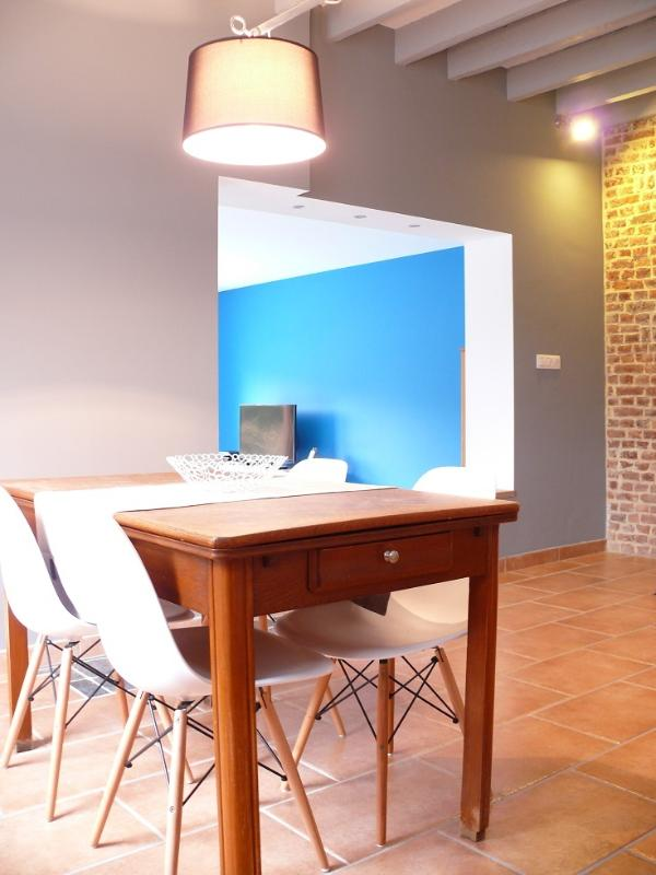 Salle à manger avec cuisine ouverte.