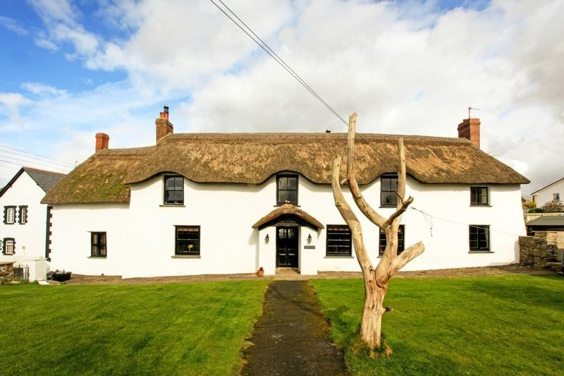 BRAUNTON POYERS FARMHOUSE is a beautiful 16th Century, thatched farmhouse. Beams, logfires