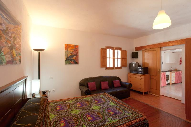 chambre à coucher et une cuisine avec four, Atirma