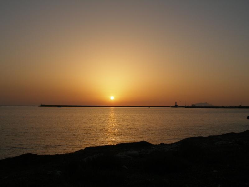 tramonto sul lungo mare vicino la casa