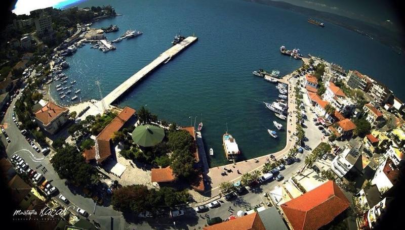 Una vista de Ariel Gulluck bahía con los barcos de pesca y de turismo.